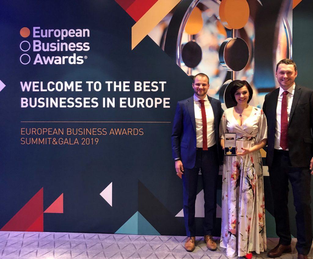 Robin Dufek Nina Oravcova a Mojmír Jiřikovský z JRK přebírají ocenění European Business Awards.