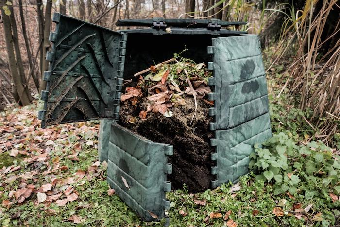 kompostér s bio odpadem